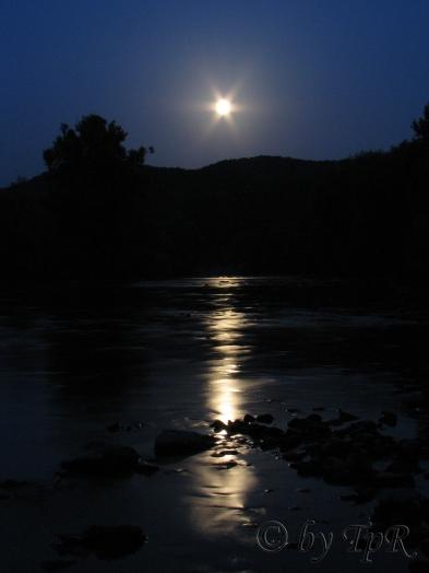 Lapusul noaptea (Lapus River in the night)
