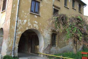 Intrarea in turnul portii dinspre interiorul cetatii si portiunea din palatul voievodal Bethlen