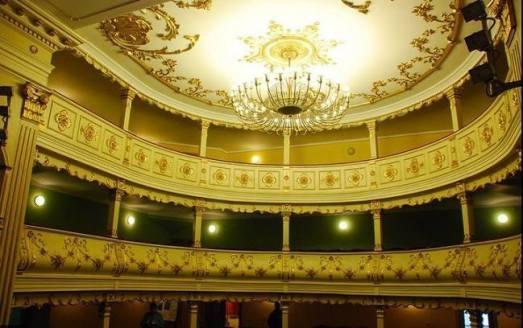 Butaforia, candelabrul și tavanul Teatrului Vechi Mihai Eminescu, Oravița