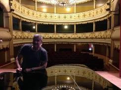 Interpretul Dan Bittman pe scena teatrului orăvițean
