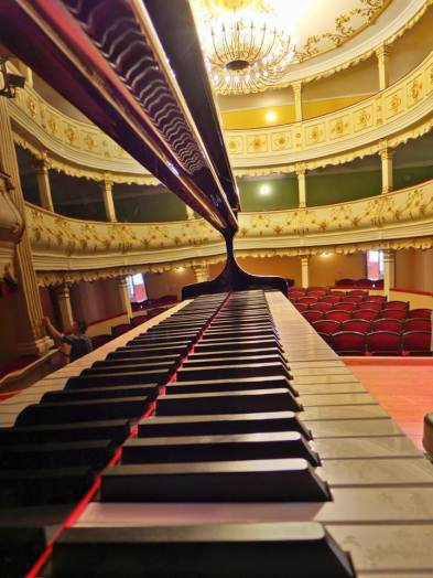 Pianul Petroff, scena Teatrului Vechi MIhai Eminescu, Oravița