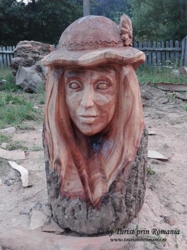 Sculptură creată de Gabriel Rizea și expusă la Pensiunea Cerna